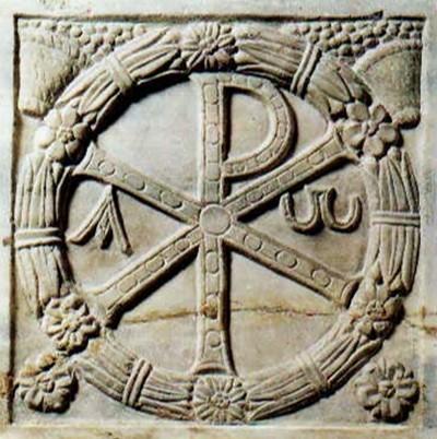 Monogramma di Cristo. IV secolo. Museo Pio Cristiano (Musei Vaticani). Da notare i simboli alfa e omega come parte del monogramma Chi-Rho