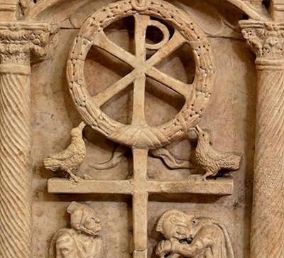 """Pannello di un sarcofago romano ad alberi del tipo """"di passione"""". Rappresentazione simbolica della Risurrezione di Cristo (ca. 350 d.C.)."""